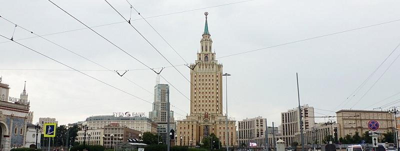 Вид на гостиницу «Ленинградская» из сквера на Комсомольской площади