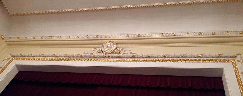 Герб над сценой театра Пушкина