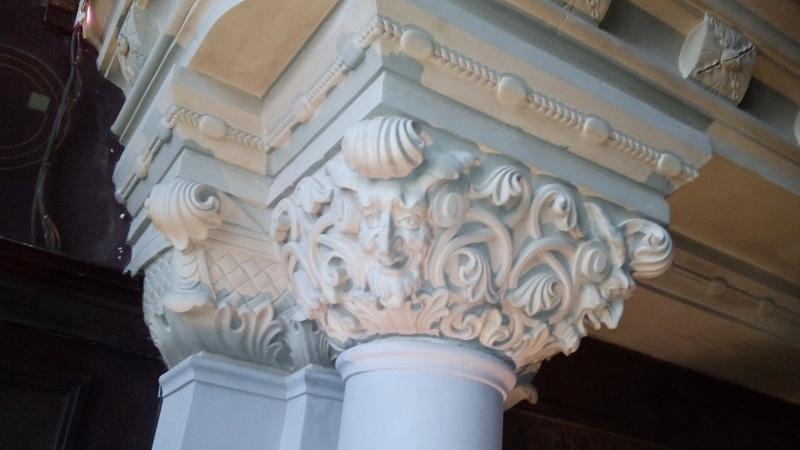 Капители колонн камина в Романском зале особняка Смирнова