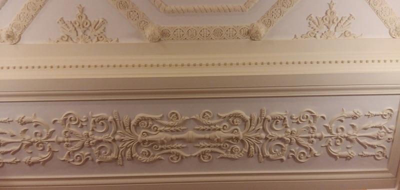 Лепнина нижней площадки главной лестницы Геликон-оперы