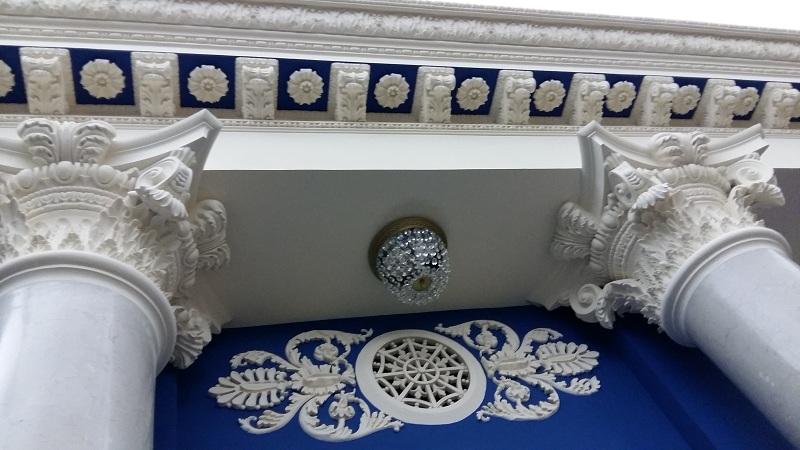 Колонны и лепнина Белоколонного Зала Геликон-оперы