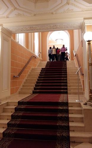 Главная лестница Геликон-оперы