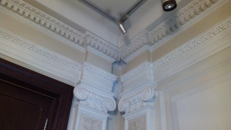 Лепные карнизы лестничного холла особняка Смирнова