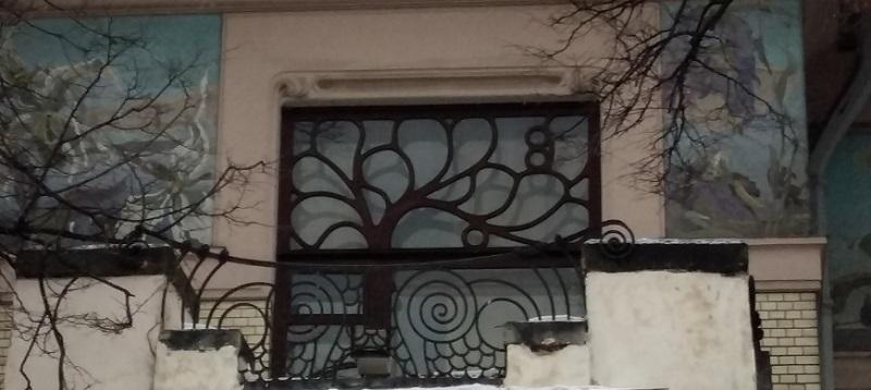 Окно балкона над входной дверью особняка Рябушинского