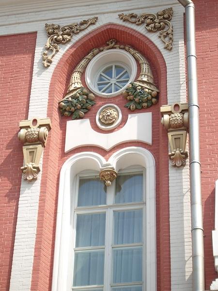 Окно с лепным украшением Петровского дворца