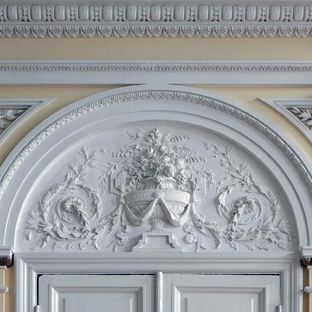 Лепнина над дверями Большого зала усадьбы Грачева