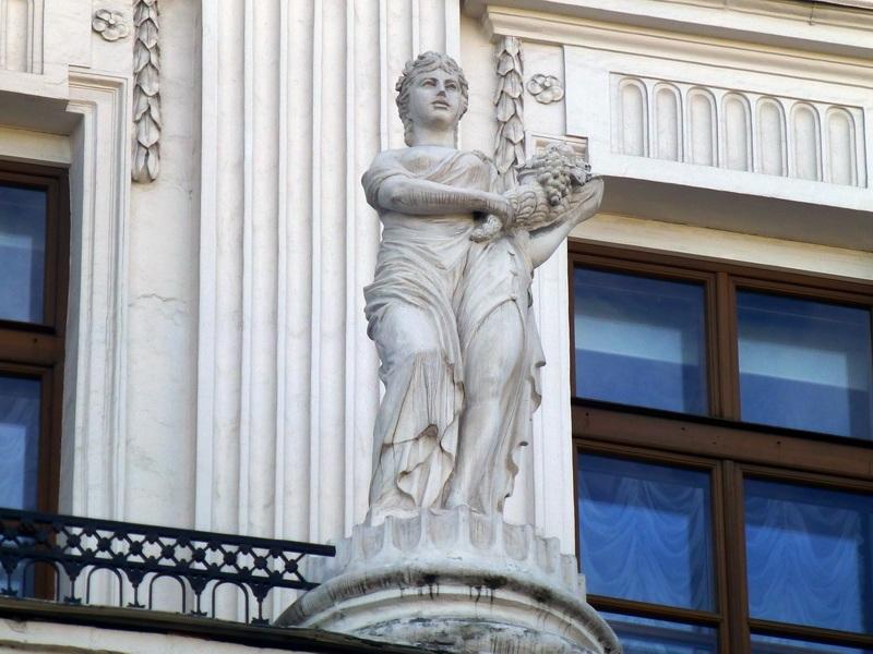Скульптура на фасаде дома Пашкова