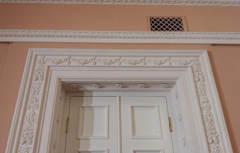 Двери исторического фойе Геликон-оперы