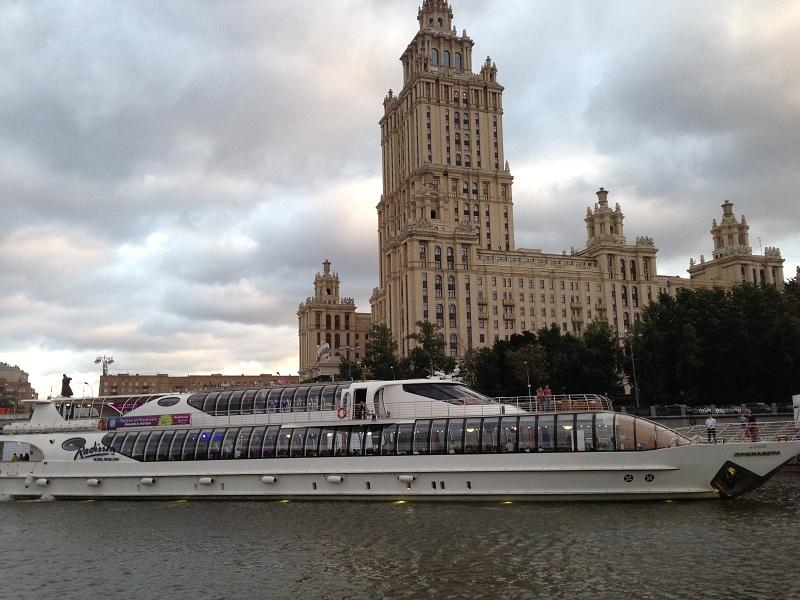 "Яхта ""Рэдиссон"" у причала ""Гостиница ""Украина"""