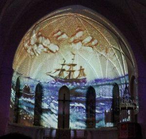 Проекция песочной анимации на своды храма